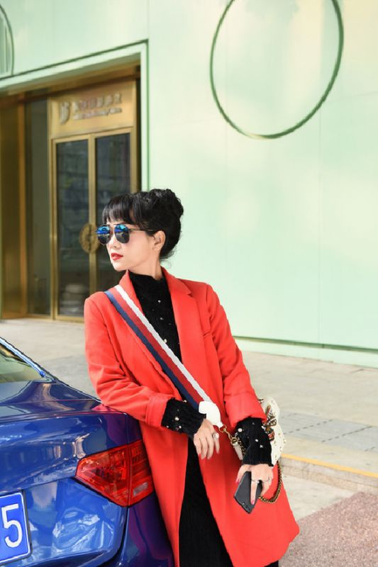 斯琴高丽冬日全新街拍曝光 气质优雅靓丽少女感十足